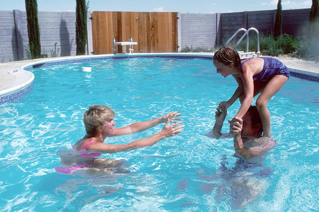Family_playing_in_a_swimming-pool